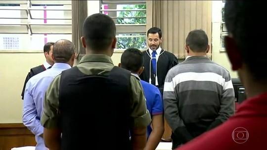 VÍDEO: corintiano desmaia ao ouvir que pegou 16 anos de prisão