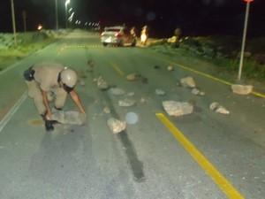 Manifestantes colocaram pedras na única via de acesso para dificultar a passagem da polícia (Foto: Polícia Militar/Divulgação)