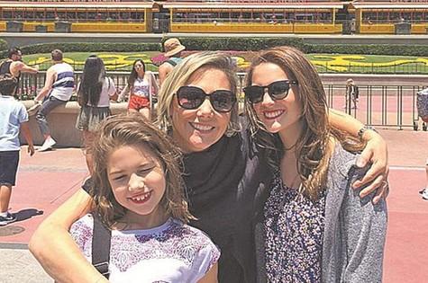 Heloísa Périssé na Disney com as filhas, Antonia e Luiza.  (Foto: Arquivo pessoal)