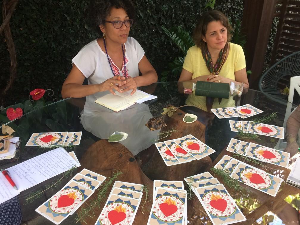 Benzedeiras modernas. Na foto, a assistente social Maria Bezerra e a terapeuta holística Dalkires Reis (Foto: Letícia Carvalho/G1)