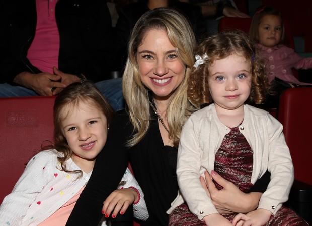 Juliana Baroni com a enteada, Catarina, e a filha, Maria Eduarda (Foto: Manuela Scarpa/Brazil News)