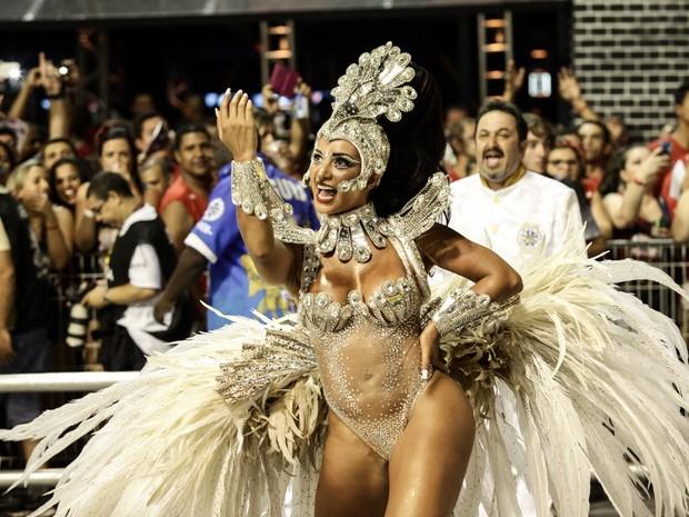 Cinthia Santos mostra samba no pé.  (Foto: Caio Kenji/G1)
