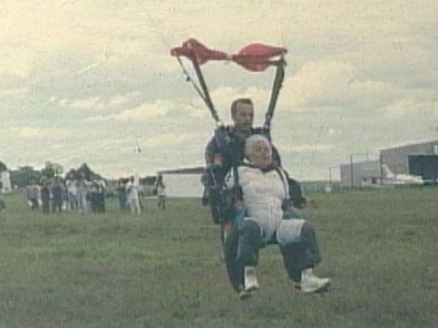 Encarnação pulou de paraquedas em 1992 (Foto: Arquivo/TV Tem)