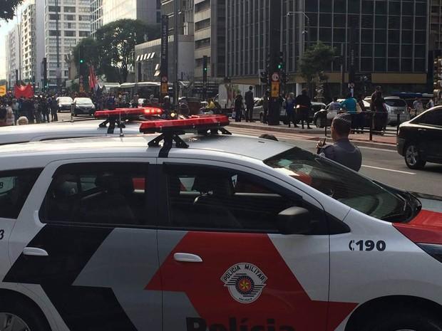 Policiais acompanham protesto em frente ao prédio da Presidência em SP (Foto: Carolina Freitas/Arquivo Pessoal)