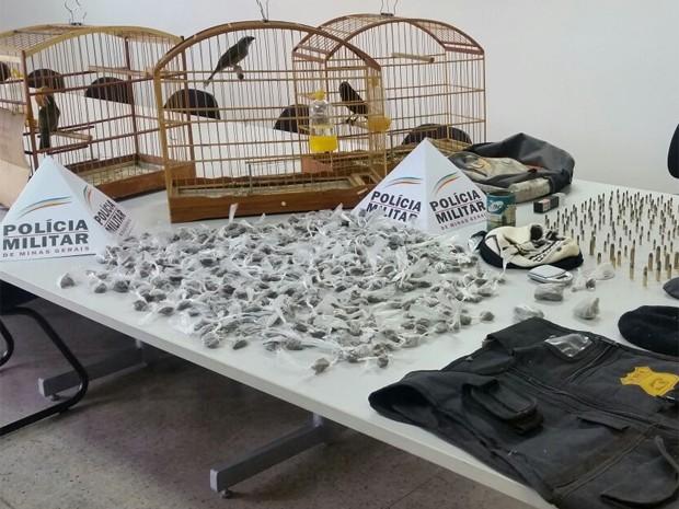 Drogas, pássaros e munição foram apreendidos pela Polícia Militar. (Foto: Polícia Militar/Divulgação.)