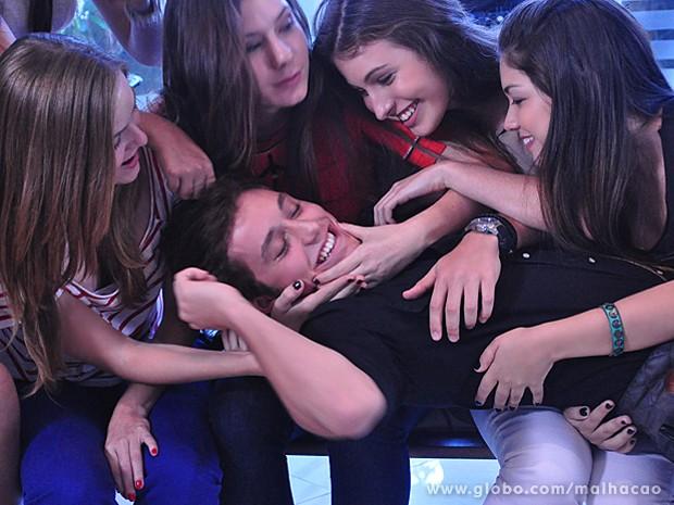Serguei estranha o comportamento das meninas, mas aproveita (Foto: Malhação / TV Globo)