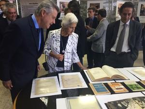 Rodrigo Rollemberg em visita aos documentos históricos do acervo privado do ex-prefeito de Brasília (Foto: Luciana Amaral/G1)