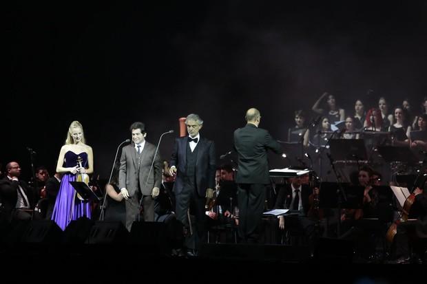 Daniel canta com Andrea Bocelli e a violinista Caroline Campbell (Foto: Rafael Cusato/Brazil News)
