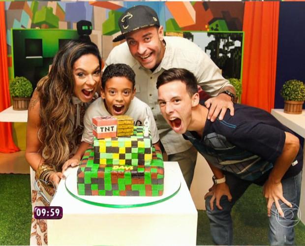 Diogo Nogueira festeja ao lado da família (Foto: Mais Você/TV Globo)