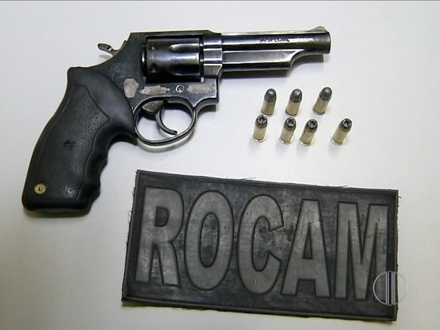 Arma encontrada com rapaz de 18 anos em Parnamirim, RN, estava com numeração raspada (Foto: Reprodução/Inter TV Cabugi)