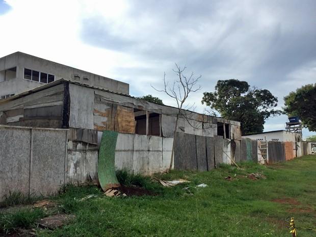 Tapumes velhos cercam a obra do ICA (Foto: Gabriel Luiz/G1)