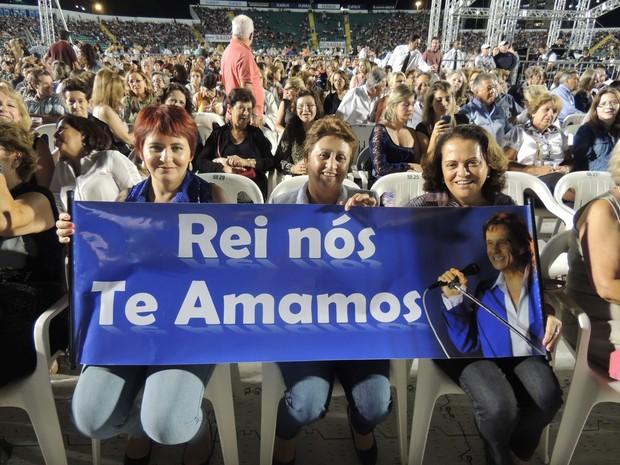 Amigas fizeram cartaz para o Rei (Foto: Géssica Valentini/G1)