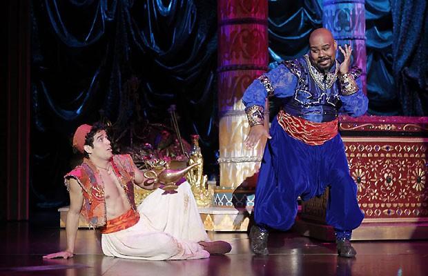 atores em cena do musical 'Aladdin' (Foto: Divulgação)