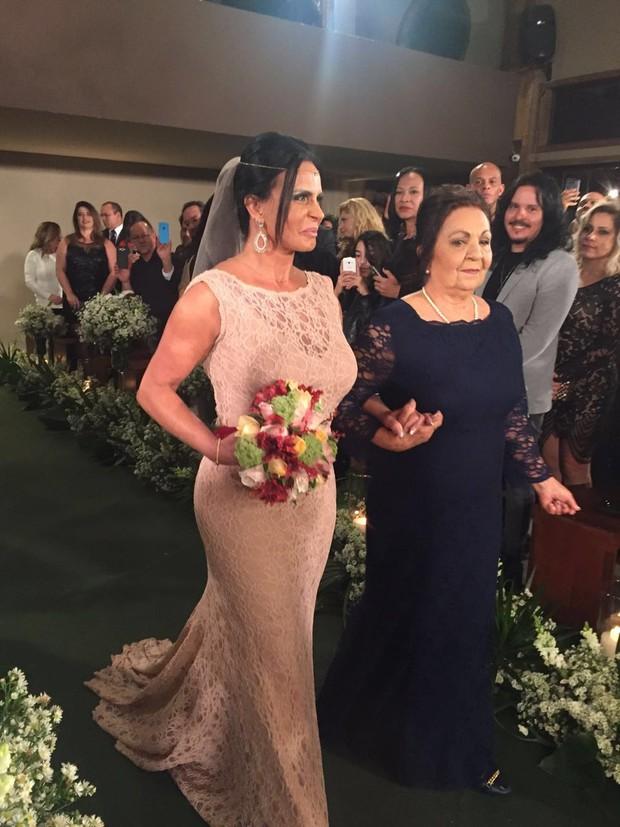 Gretchen entra na cerimônia com a mãe, Maria José (Foto: EGO)