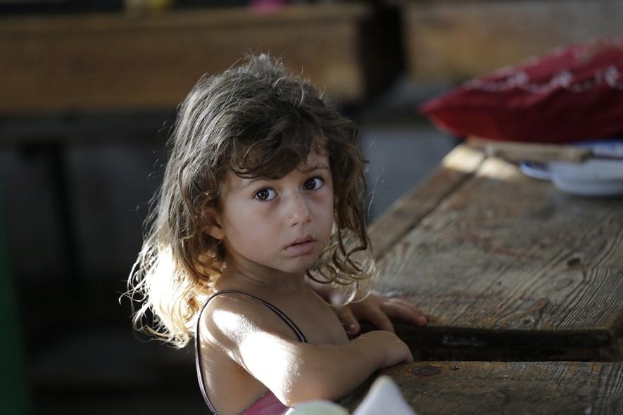 Hajar Muharram, de 5 anos, é uma das crianças palestinas que buscam refugio após ataques de Israel na Faixa de Gaza. A família de Hajar vive hoje em uma escola da ONU