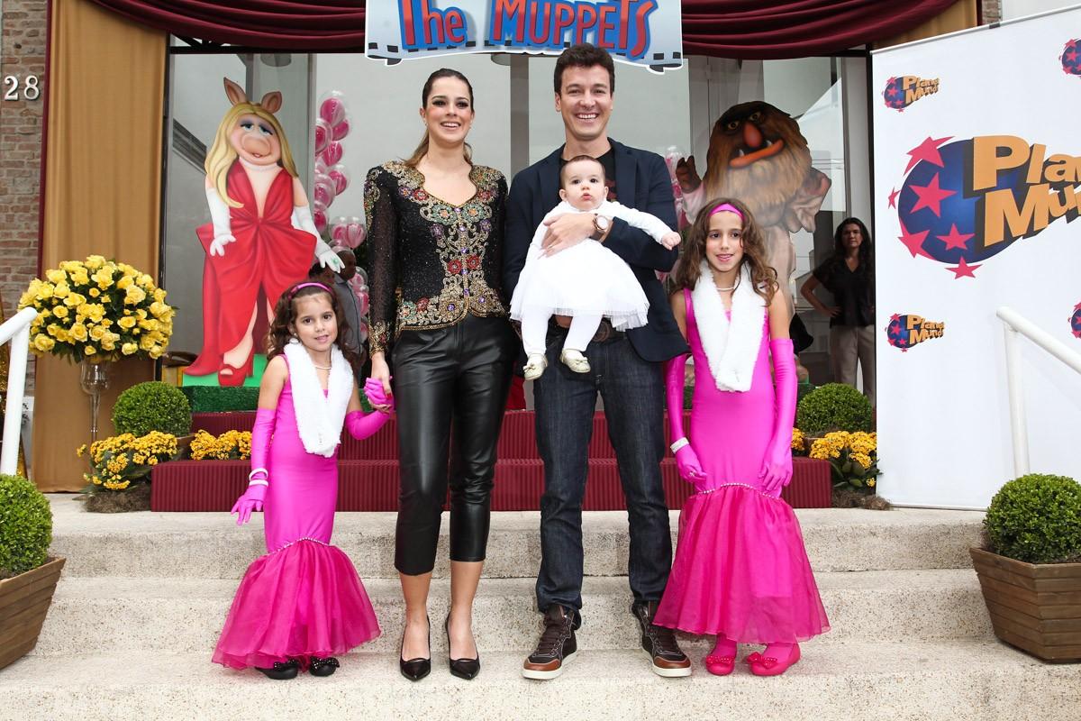 Rodrigo Faro posou com a esposa e as filhas Clara, Maria e Helena (Foto: Manuela Scarpa e Marcos Ribas/Foto Rio News)