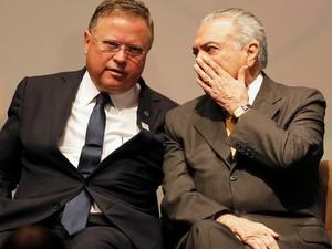 Presidente em exercício conversa com ministro da agricultura, Blairo Maggi , durante fórum em São Paulo. (Foto:  REUTERS/Nacho Doce)