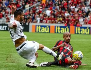 Carlos Atlético-MG Thiago Heleno Atlético-PR (Foto: Bruno Cantini/ Flickr Atlético-MG)