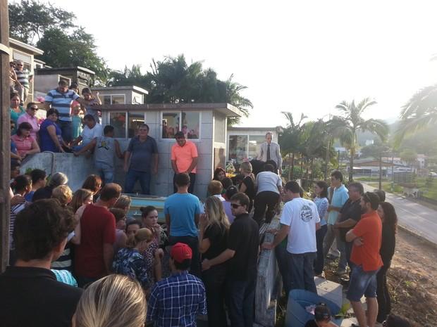 Jovem esquartejada foi velada na tarde deste domingo (4) (Foto: Karen Couto/RBS TV SC)