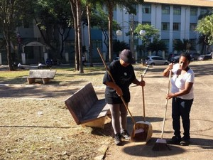 Servidores realizam limpeza em praça próxima à Câmara de Vereadores, em Americana (Foto: Fernando Pacífico / G1)