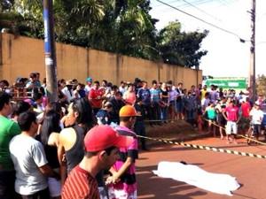 Homem é morto a tiros em bairro de Campo Grande (Foto: Osni Miranda/ TV Morena)