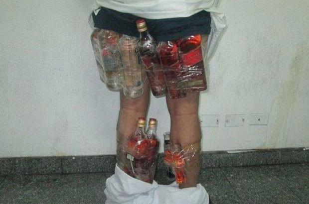 Homem tentou entrar no Arábia Saudita com com bebidas alcóolicas presas nas pernas e nádegas (Foto: Reprodução/Twitter/ksacustoms)