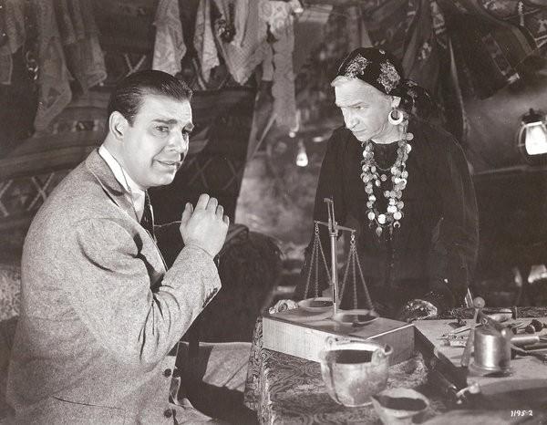 Maria Ouspenskaya tenta livrar Lon Chaney Jr da maldição do lobisomem, em filme de 1941 (Foto: reprodução)