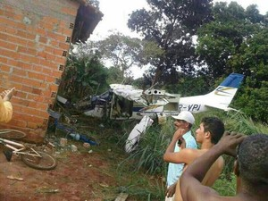 O avião monomotor caiu e provocou a morte de uma criança, em Araguaína (Foto: Ronaldo Dias Melo Júnior/Arquivo Pessoal)