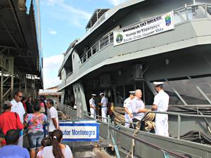 Atendimentos médicos estão sendo realizados no Navio-Hospitalar da Marinha no Terminal Pesqueiro de Manacapuru (Foto: Sérgio Rodrigues/ G1 AM)