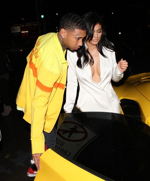 Kylie Jenner e o namorado, Tyga, em Los Angeles, nos Estados Unidos (Foto: Grosby Group/ Agência)