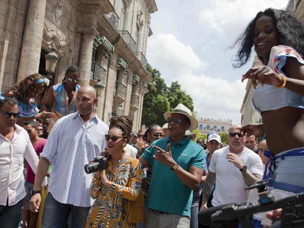 Beyoncé e Jay-Z almoçam fazem passeio turístico em Havana, Cuba, nesta quinta (4) (Foto: AP Photo/Ramon Espinosa)