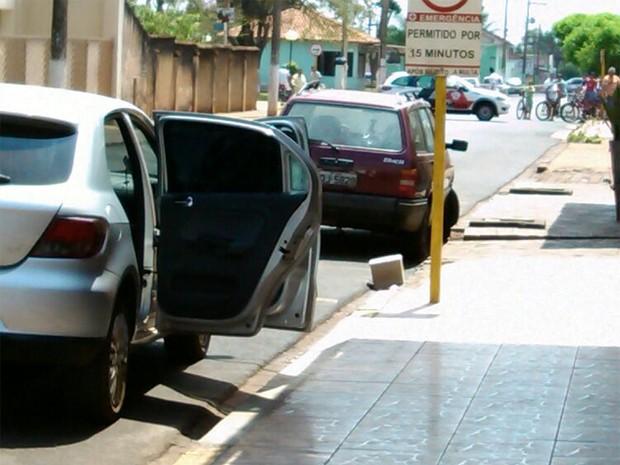 Veículo utilizado pelos ladrões foi abandonado em frente ao banco com duas dinamites dentro (Foto: Ícaro Ferracini/EPTV)