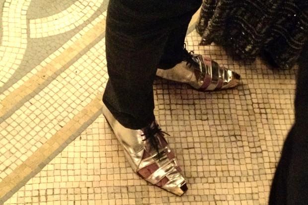 Detalhe do sapato usado pelo cantor Latino em premiação no Rio (Foto: Léo Martinez/EGO)