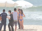 Nanda Costa mostra boa forma na praia, ao lado de Rodrigo Lombardi