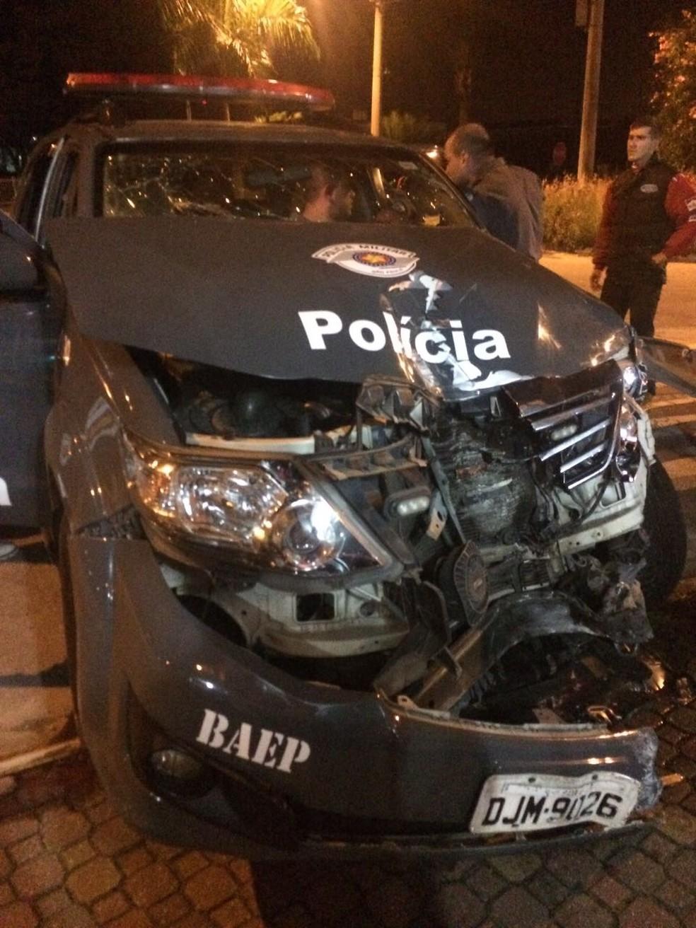 A força da colisão destruiu a parte da frente da viatura e deixou os policiais presos nas ferragens.  (Foto: Divulgação/Baep)