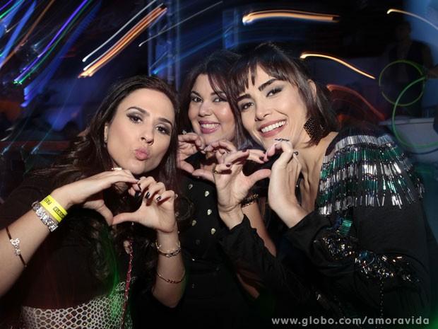 Tatá Werneck, Maria Casadevall e Fabiana Karla brincam para a câmera (Foto: Amor à Vida/ TV Globo)