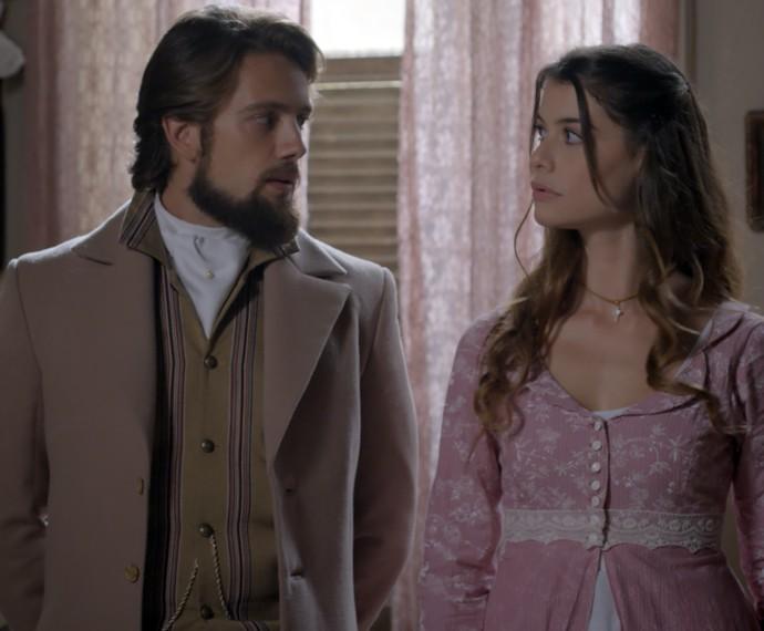 Lívia e Felipe trocam olhares apaixonados (Foto: TV Globo)