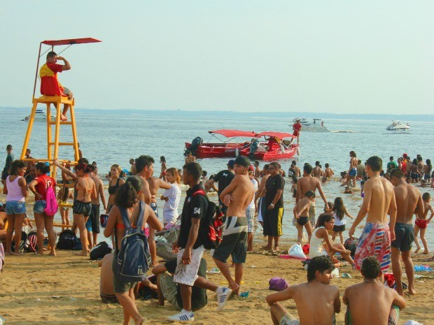 De acordo com os Bombeiros, a vítima ultrapassou a linha de isolamento. (Foto: Mônica Dias/G1)