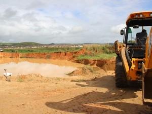 Em Santana do Ipanema, fiscais encontraram uma pá mecânica fazendo a retirada da areia (Foto: Elaine Pontual/ Ascom IMA)