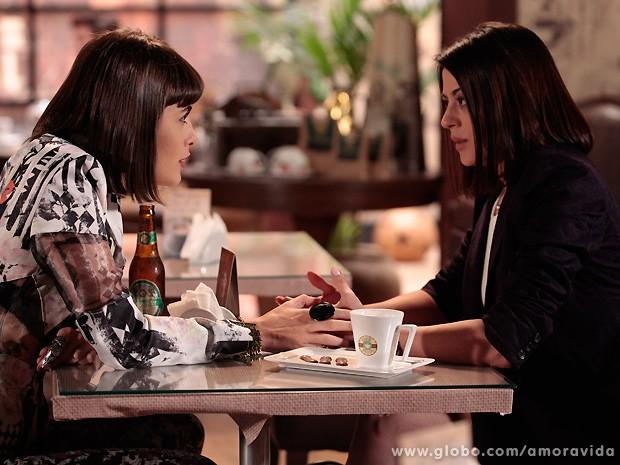Patrícia quase não acredita quando escuta o pedido de Silvia (Foto: Amor à Vida / TV Globo)