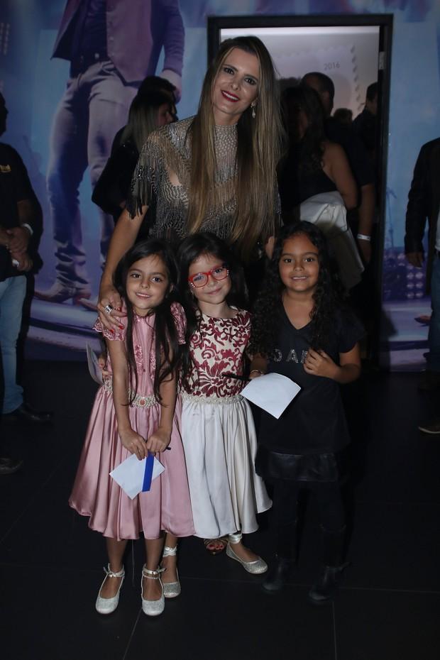 Flávia Camargo com as filhasdela com Luciano,  Isabella e Helena, e com Maria Eduarda, filha de Luciele Di Camargo (Foto: Thiago Duran e Eduardo Martins/AgNews)