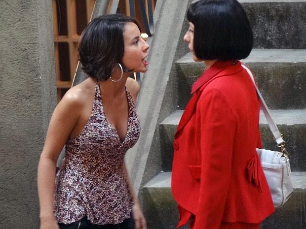 Valéria arma barraco ao encontrar Melissa  (Foto: Amor Eterno Amor/TV Globo)