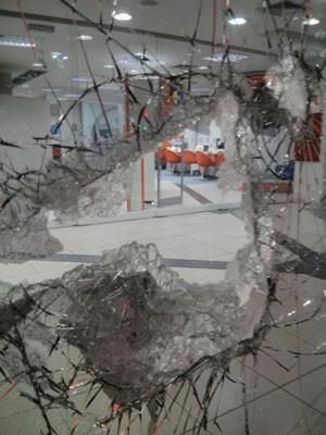 Vidros quebrados em agência bancária na Avenida Paulista (Foto: Shin Oliva Suzuki/G1)