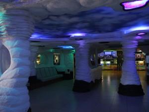 Por dentro o cinema possui pilares esculpidos e luzes coloridas (Foto: Inaê Brandão/G1 RR)