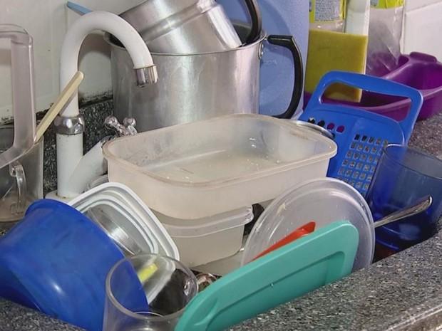 Um dos problemas gerados pela falta d'água é acúmulo de louça (Foto: Reprodução/ TV TEM)