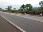 Caminhão carregado de milho tomba na BR-226, no norte do Tocantins