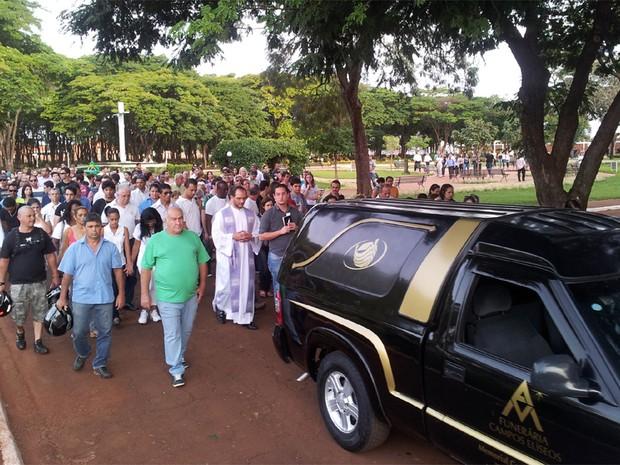 Participantes oraram e cantaram o Hino Nacional antes do enterro do estudante (Foto: Rodolfo Tiengo/G1)