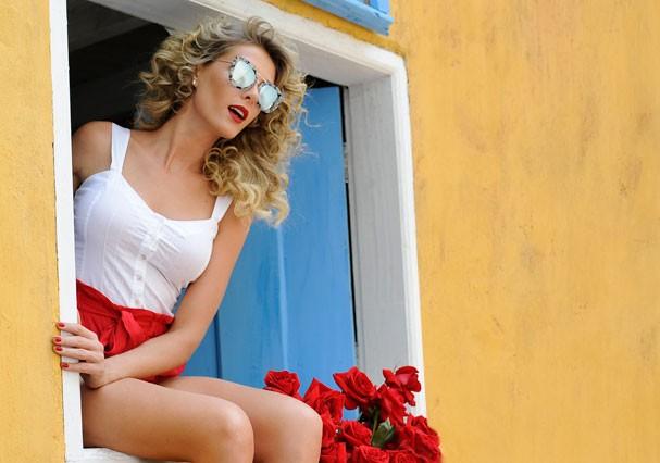 Ana Hickmann surge com os cabelos cacheados em nova campanha de óculos de sol (Foto: Karine Basílio/Divulgação)