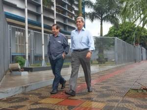 Ex-governador de MS chegou acompanhado do advogado dele (Foto: Ariovaldo Dantas/ TV Morena)