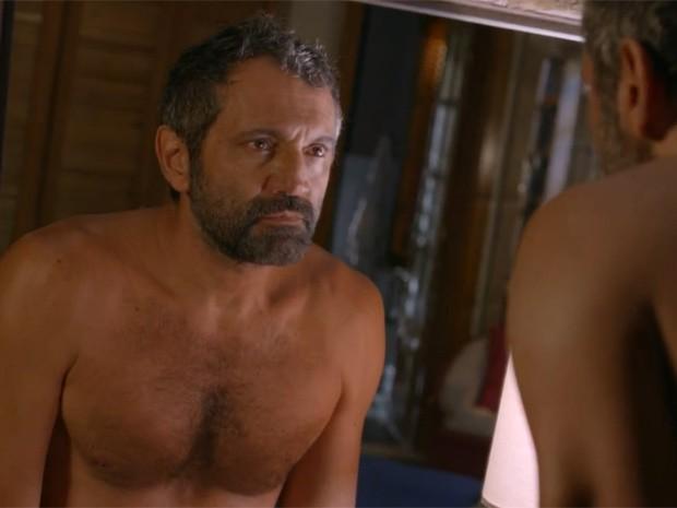 Dentro do banheiro, Miguel ouve conversa de Irene e Lígia e encara o próprio reflexo no espelho (Foto: TV Globo)